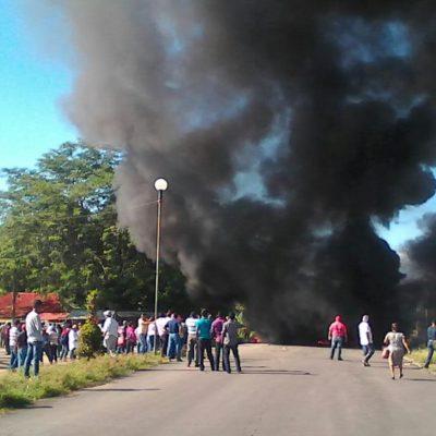 SE ENFRENTAN MAESTROS Y POLICÍAS EN TABASCO: Cierre de carreteras en protesta por Reforma Educativa deja varios lesionados