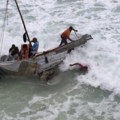 RECALAN BALSEROS EN MEDIO DE TEMPORAL: En barca hechiza, llegan a Isla Mujeres 6 cubanos tras épica travesía en altamar