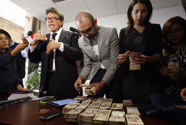 """Un hombre entrega un paquete con 1.5 mdp en la oficina de Ricardo Monreal; """"no soy delegado charolero"""", dice al denunciar soborno"""