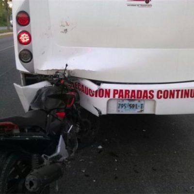 Muere motociclista al chocar por alcance contra autobús del transporte público en Cancún