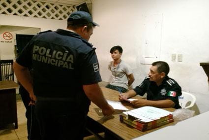 INSÓLITA INSEGURIDAD EN COZUMEL: Roban pertenencias de mujer policía en alberca municipal; detienen a joven