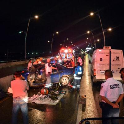 FATAL ACCIDENTE EN PUENTE DE PLAYA: Dos muertos y un herido al estrellar auto contra muro de contención; iban ebrios y con exceso de velocidad