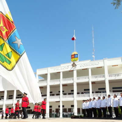 ¿REPÚBLICA 'QUINTANARROÍSTA'?: Creada en 2013, iza Borge en Chetumal la bandera de Quintana Roo en el 41 aniversario del estado