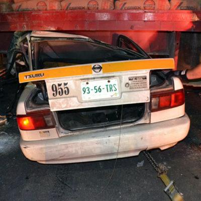 TERMINAN DEBAJO DE UN TRAILER: Aparatoso accidente de un taxi en Chetumal con saldo de 4 heridos