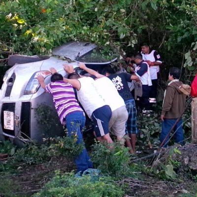 OTRO FATAL ACCIDENTE EN FCP: Una mujer muerta y otra más herida al salirse de la carretera un auto con 5 miembros de una familia