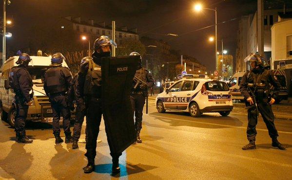 Al menos un muerto y varios policías heridos en una redada contra el terrorismo en la periferia de París