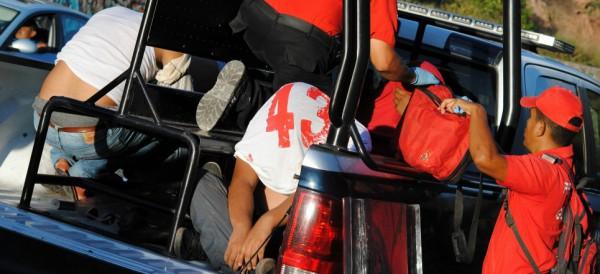 REPRIMEN A NORMALISTAS EN GUERRERO: Al menos 20 heridos y 10 detenidos en enfrentamiento entre policías y estudiantes de Ayotzinapa