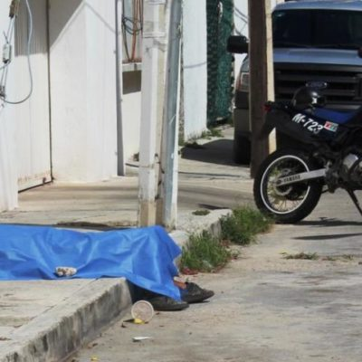 Muere un indigente mientras tomaba un jugo en una banqueta de Cancún