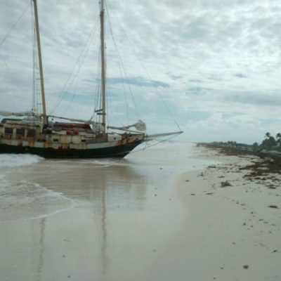 Tras permanecer 5 días a la deriva, encalla en Isla Blanca embarcación con cinco estadounidenses