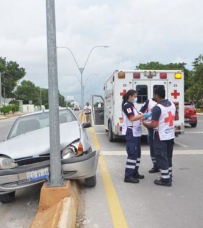 De un paro cardiaco, fallece hombre mientras conducía; auto choca contra poste