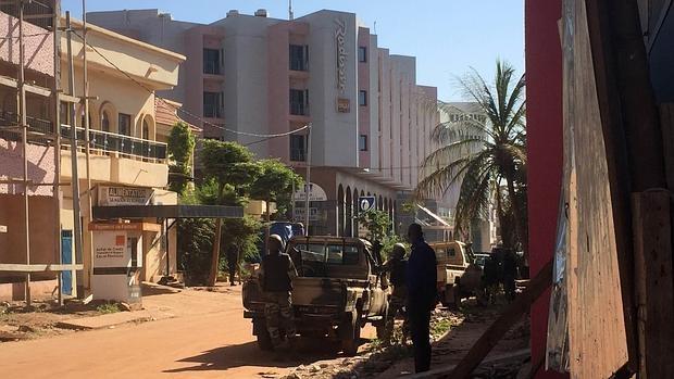 ATACAN YIHADISTAS HOTEL EN MALI: Al menos 3 muertos durante secuestro de decenas de turistas en el Radisson de Bamako