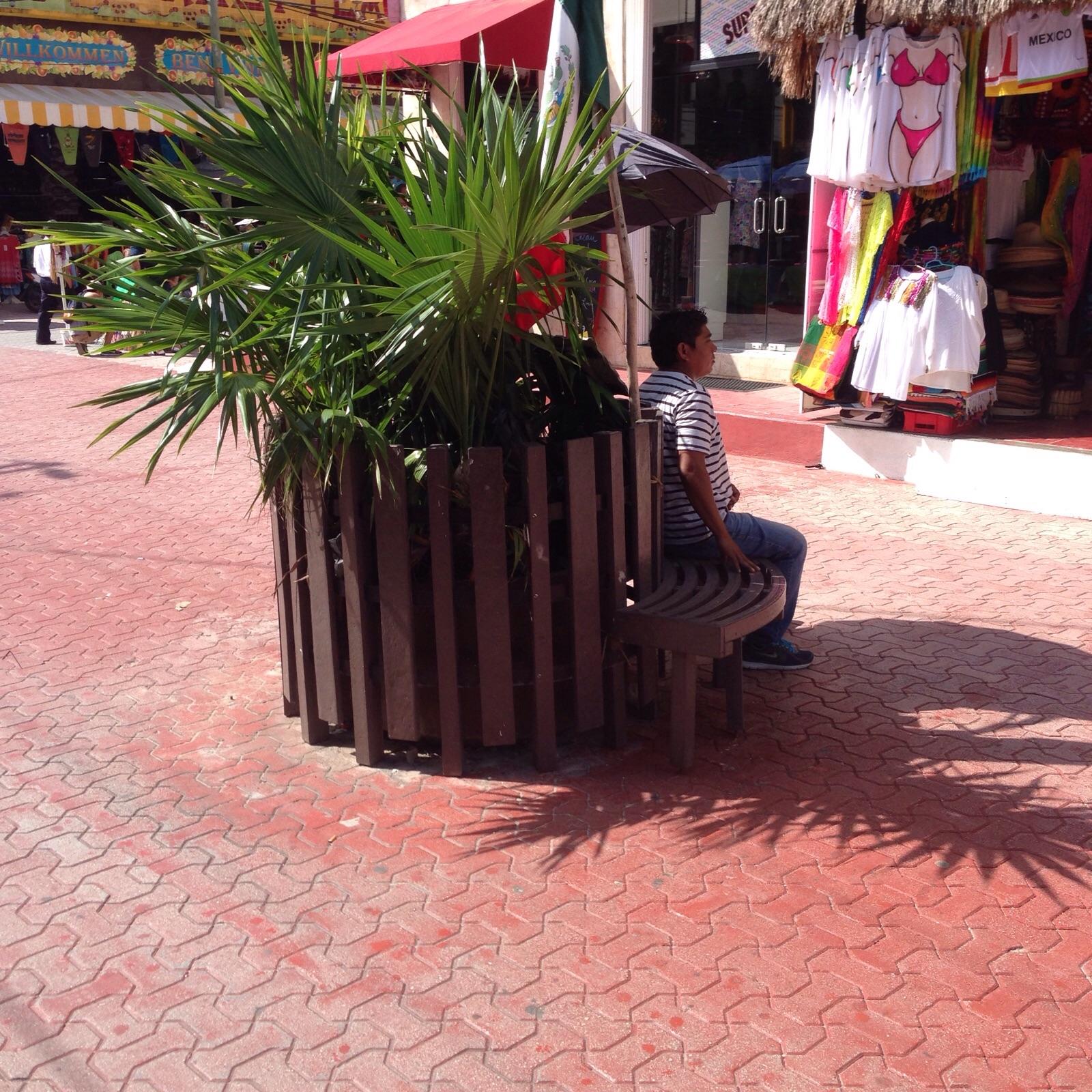 AVANZA EL DETERIORO DE LA QUINTA: Adoquines rotos y bancas destartaladas en la zona turística de Playa a semanas de la temporada alta