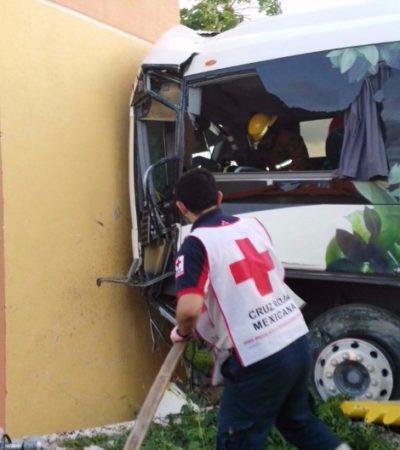 TRÁGICO ACCIDENTE EN CARRETERA: Fallece conductor de autobús de 'Cirque Du Soleil Joya' que se estrelló en la vía Cancún-Puerto Morelos