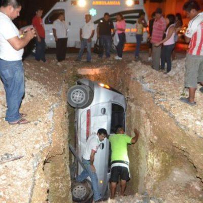 'ONLY' EN CANCÚN: Cae en una zanja a mitad de la calle con todo y vehículo