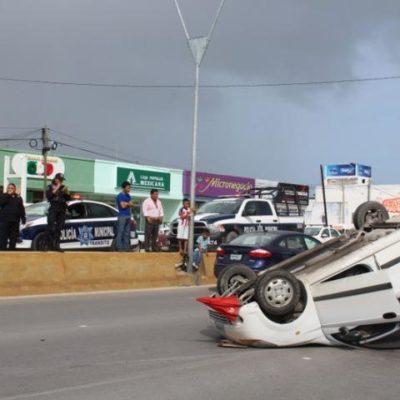 Aparatosa volcadura en la Portillo de Cancún deja saldo de una mujer herida