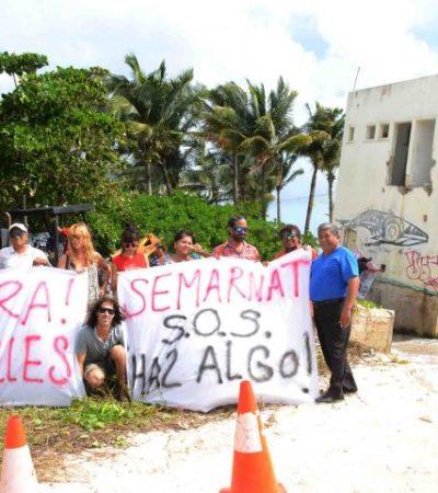 Demuelen ciudadanos edificio abandonado castigado por la erosión de playa en la zona de la antigua Coco Beach