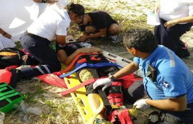 Se fractura una pierna turista de EU al caer mal en la zona de Playacar tras un salto de paracaídas