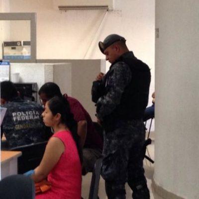 DOBLE ASALTO A TURISTA EN CANCÚN: Un travesti roba a un canadiense en pleno centro y después policías municipales lo despojan de lo que le quedaba