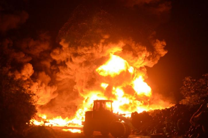 ARDE ANTIGUO BASURERO DE CANCÚN: Se queman miles de llantas en el tiradero de Rancho Viejo; espectacular siniestro podría ser intencional