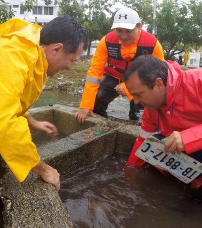 PAUL, EL FONTANERO: Tras ser vapuleado en redes sociales, Alcalde destapa alcantarillas y recorre la ciudad que decía ya no se inundaba