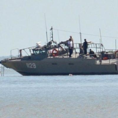 Encalla en la Bahía de Chetumal lancha interceptora de la Marina