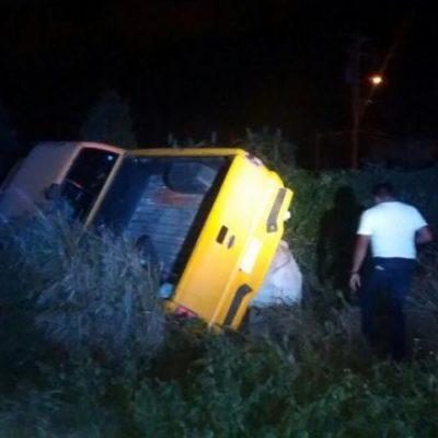Vuelca camioneta en la Región 234 de Cancún y el conductor la abandona