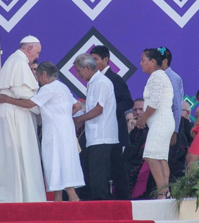 EL PAPA ORA ANTE LA TUMBA DEL JTATIK SAMUEL: Honra Francisco la memoria del obispo defensor de los pobres en Chiapas