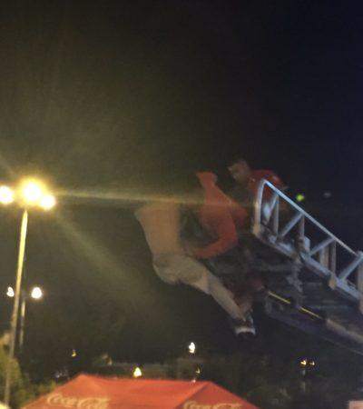 DRAMA EN EL PARQUE LAS PALAPAS: Un hombre que intentaba suicidarse ante cientos de personas es rescatado por los bomberos de Cancún