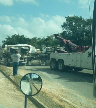 IMPRESIONANTE ATASCO EN LA CARRETERA: Volcadura de revolvedora y obras de reparación colapsan por horas la vía Cancún-Playa