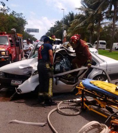 APARATOSO ACCIDENTE EN ZONA HOTELERA: Conductor se duerme y se estrella contra poste; queda prensado