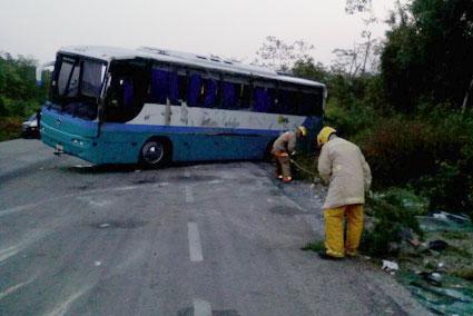 SE LE REVENTÓ UN NEUMÁTICO: Vuelca autobús de pasajeros en el tramo Tulum-Boca Paila con saldo de 6 heridos