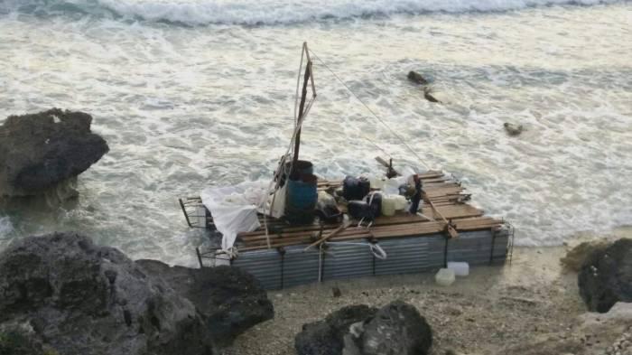 En balsa de madera y hule espuma, llegan a Isla Mujeres 12 cubanos después de 18 días en altamar