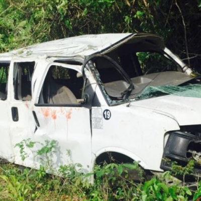 REPORTAN OTRA TRAGEDIA EN LA ZONA MAYA: Se vuelca Van de pasajeros con saldo de 3 mujeres muertas y 7 heridos en la carretera FCP-Bacalar