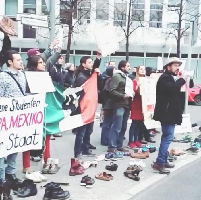 PROTESTAN CONTRA PEÑA EN ALEMANIA: Activistas le gritan asesino y claman por los desaparecidos en México