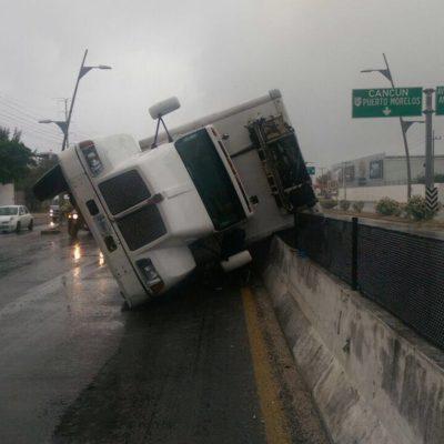 Por exceso de velocidad y pavimento mojado, vuelca camión en el puente de Playa del Carmen