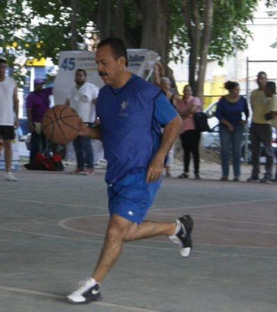 Se echa Julián Ricalde una 'cascarita' y dice que rescatará espacios deportivos como antídoto contra la violencia en Cancún