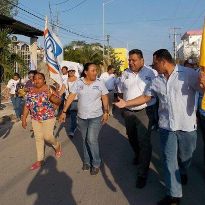 Junto a Orlando Muñoz, camina Cristina Torres la colonia Bellavista de Playa del Carmen