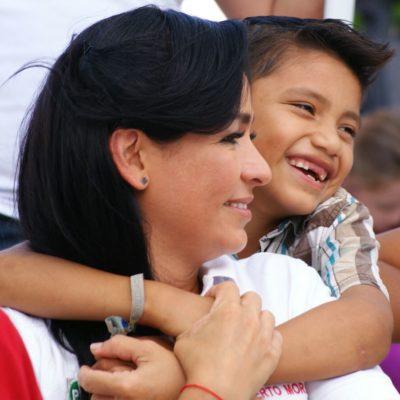 Ofrece Laura Fernández construir escuelas y guarderías en Puerto Morelos para seguridad de niños y padres