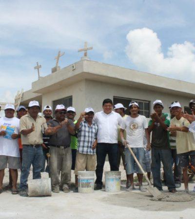 En el día de la 'Santa Cruz', convive Luis Torres con albañiles y les dice que con el cambio se beneficiará al sector de la construcción