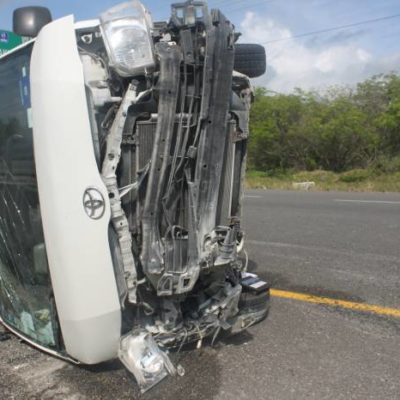 APARATOSA VOLCADURA DE TURISTAS: Revienta neumático de Van en la vía Tulum-Playa y hay 7 canadienses heridos