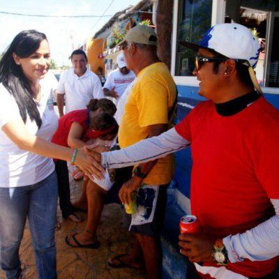 """""""Dotaré de piso a toda vivienda que lo requiera"""", promete Laura Fernández en Puerto Morelos"""