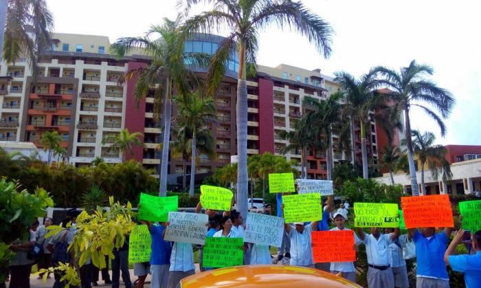 """""""NO A LOS MALOS TRATOS"""": En reclamo de respeto a derechos laborales, protestan trabajadores del hotel Villas del Palmar en Punta Sam"""