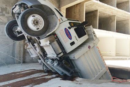 """""""PESO PESADO"""": Se hunde volquete en el pavimento en una obra en Playa del Carmen"""