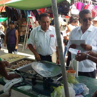 Recorre Pech Várguez el tianguis de la Región 100 de Cancún