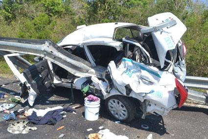 QUEDÓ 'ENROLLADO': Dos heridos en aparatoso accidente de taxi de Playa del Carmen en carretera de FCP