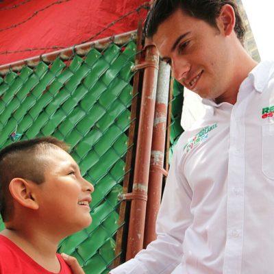 Recorre Remberto Estrada la SM 200 y llama a los jóvenes a involucrarse en la política y salir a votar