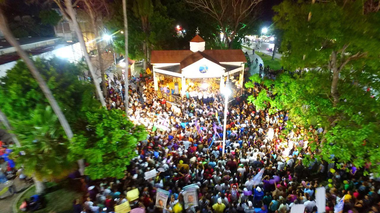 'DESPIERTA' CARLOS JOAQUÍN A CHETUMAL: Reúne candidato opositor a multitud en la Explanada de la Bandera en la capital y denuncia 'guerra sucia'