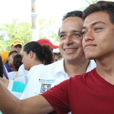 Promete Carlos Joaquín becas para que los jóvenes concluya sus estudios