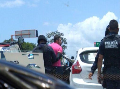 """""""ELLOS TAMBIÉN SON MAURICIO"""": Frustran 'levantón' en Playa y detienen a dos presuntos delincuentes en auto con propaganda de candidato priista"""