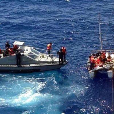 Rescata la Armada a 11 cubanos en barcaza hechiza al norte de Isla Mujeres